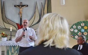 Schulleiter Sido Kruse vom Pädagogium Bad Sachsa freut sich über die neue Schulpastorin. Rechts im Bild Superintendent Volkmar Keil.