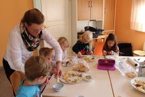 Während in der Kirche der Gottesdienst gefeiert wurde, bereiteten die Kinder im Pfarrhaus bunte Kekse vor.