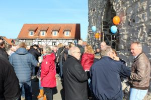Nach dem Gottesdienst ging die Feier vor der Kirche weiter – bei guter Verpflegung...