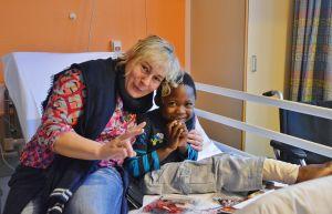 Susanne Saage mit einem der beschenkten Kinder.