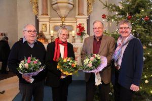 """Gerlind Gottschling (rechts) dankt Dieter Kerl (von links), Jutta Büntge und Friedel Deppe für ihr langjähriges Engagement in der Stiftung """"Licht in St. Petri""""."""