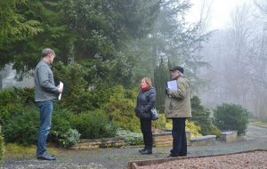 ...streifen gemeinsam mit Ursula Römeth (Mitte) über den Bad Lauterberger Friedhof.