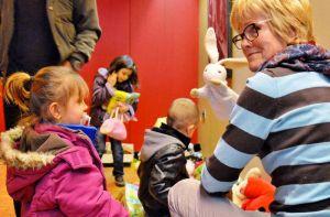Die Kinder interessierten sich mehr für das Spielzeug als für die Kleidung.