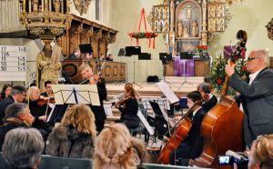 Das Kammerorchester unter der Leitung von Michael Lukas spielte festliche und weihnachtliche Stücke.