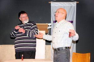 Pastor Andreas Schmidt (links) und Dieter Menzel mit geistigem Getränk.