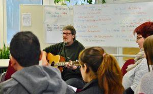 Martin Hampe ist überzeugt, dass sich Sprache über Musik viel leichter lernen lässt.