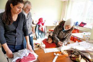Die Bewohner der Notunterkunft in Sankt Andreasberg nehmen mit großer Freude am Nähkurs teil.