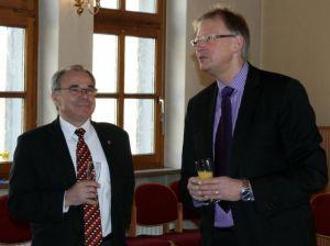 Hans Nebel und Bürgermeister Dr. Thomas Gans eröffnen den kleinen Empfang im Gemeindehaus