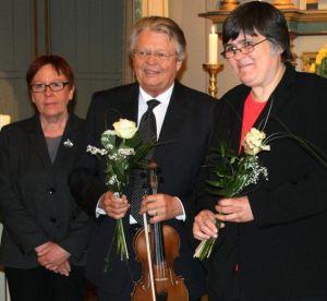 Kichenvorsteherin Ursula Römeth überreicht die obligatorischen Blumenstäuße