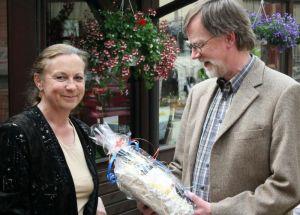 Inge Holzigel überreicht das Geschenk des Posaunenchores