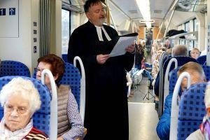 Pastor Andreas Schmidt bei seiner Predigt im Zug