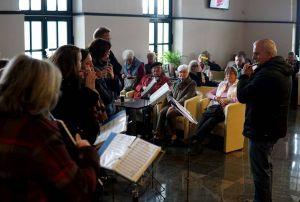 Beim kleinen Imbiss im Bahnhof Nordhausen mit musikalischer Begleitung