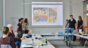 Nach einem Auswertungs-Workshop präsentierten die Azubis ihre Erfahrungen vor Vertretern aus dem Unternehmen Sartorius, den beteiligten sozialen Einrichtungen und dem Kirchenkreis Göttingen.