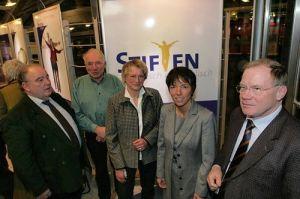 Kurz nach der Gründung 2007: Die 300. Stiftung in der Landeskirche zu Gast bei Bischöfin Margot Käßmann (2.v.r.).