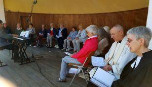 Singkreis mit Kantorin Peppler (links) und Pastor Paul und Pastorin Hirschmann (rechts)