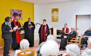 …auf ihren Wunsch hin nicht etwa in der Kirche, sondern im Altenpflegeheim Haus Feierabend.
