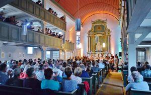 …es fand in einer rappelvollen Kirche statt.