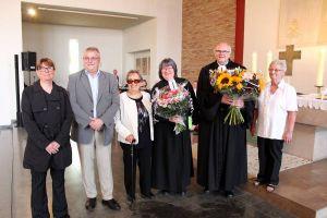 Abschiedsbild mit dem anwesenden Kirchenvorstand (von links): Tanja Morig, Klaus-Richard Behling, Helga Reiss, Ehepaar Marhenke und Traute Heydorn. (Fotos (3): Karl-Heinz Wolter)