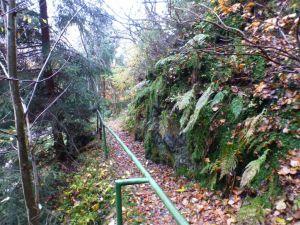 15b Der  1,2 km lange  Graben leitete das Wasser zum Teil in hölzernen Gerennen auf das untere Kupferroser Kunstrad