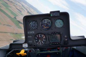 Blick auf die Instrumente im Cockpit.
