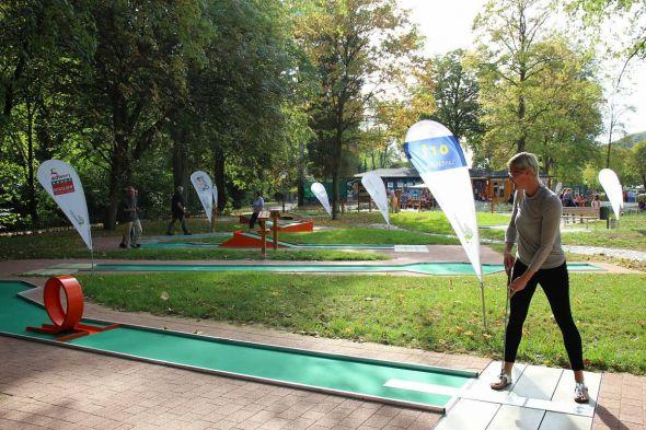 Bietet Spielspaß und sportliche Herausforderung in toller Umgebung: Die Minigolfanlage im Kurpark.