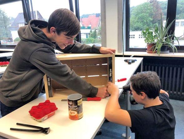 Schüler beim Bau eines Insektenhotels.
