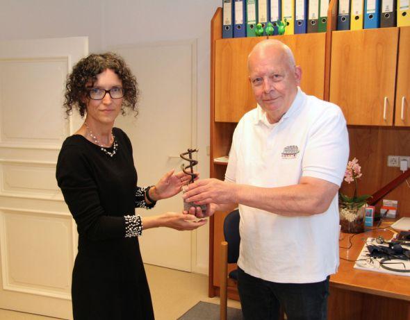 Dr. Friedrichs übergibt an seine Nachfolgerin eine Äskulap-Skulptur (Fotos: Karl-Heinz Wolter)