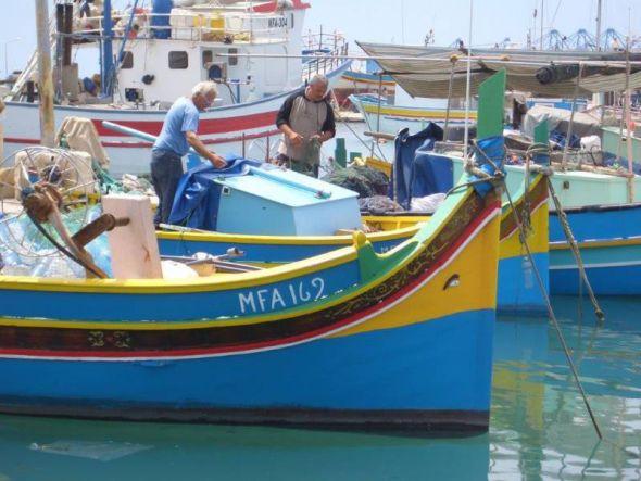 Marsaxlokk auf Malta. Das Auge des Osiris  auf dem Fischerboot (Luzzu) soll Glück bringen und dem Fischer sowie sein Boot vor  Unheil schützen