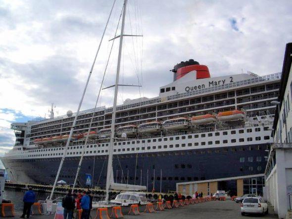 Die Queen Mary 2, das Flaggschiff der britischen Reederei Cunard Line, im Hafen von Ålesund.