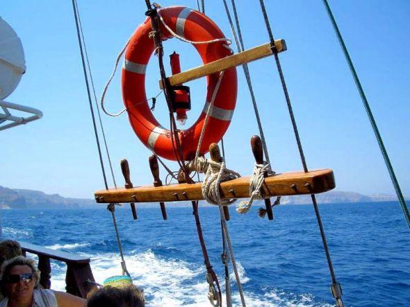 Rettungsringe sind Rettungsmittel und als solche Standard auf Schiffen und größeren Booten.