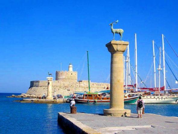 Rhodos: Einfahrt Mandraki-Hafen.
