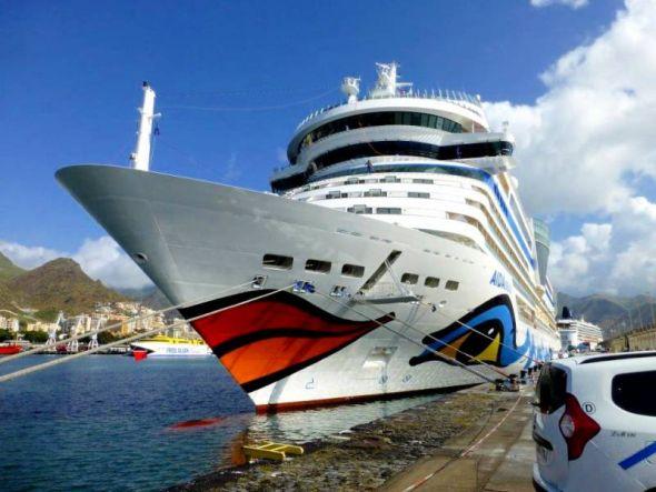 Im Hochseehafen Puerto de Santa Cruz de Tenerife können auch Kreuzfahrtschiffe wie die AIDAstella problemlos anlegen.
