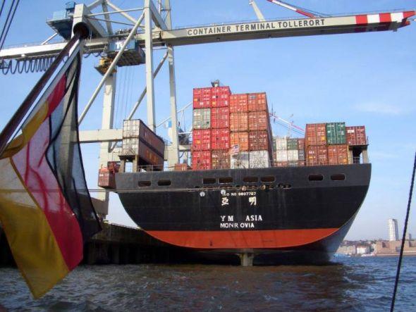 Das Containerschiff YM ASIA  fährt unter der Flagge von Liberia.
