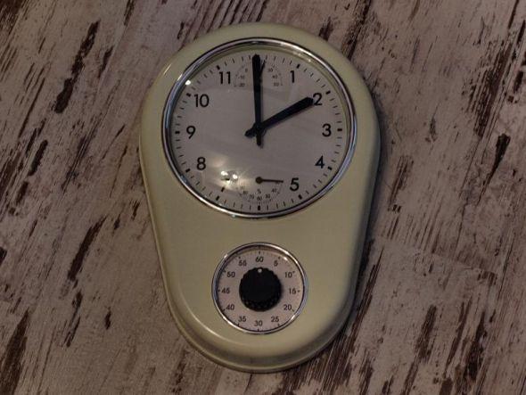 Ostersonntagnacht werden die Uhren um eine Stunde vorgestellt. Eieruhren (unten) sind davon aber nicht betroffen.