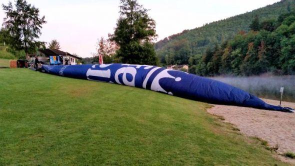 6.17 Uhr: Der Ballon liegt ausgebreitet auf der Liegewiese.