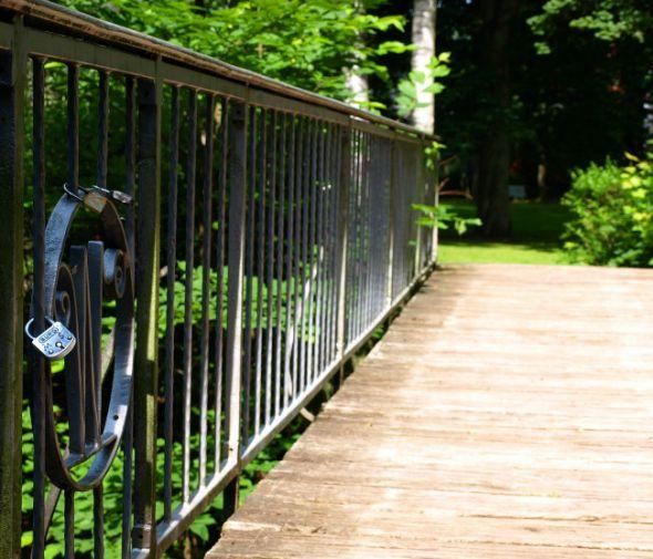 Die Wilhelmi-Brücke am Kurpark: An ihrem filigranen Geländer hängen die ersten Liebesschlösser in der Stadt.