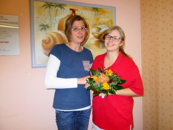 Pflegedienstleiterin Nicole Pagel (links) gratuliert Madlen Blume zum Erfolg.