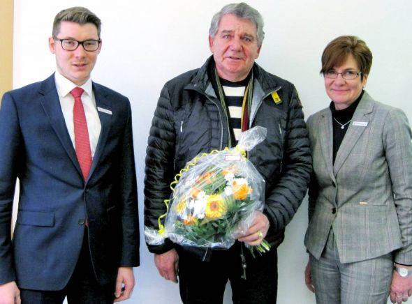 Filialleiterin Monika Sandau und Kundenberater Nicolai Specht überraschten Jürgen Kemmer aus Osterhagen (Mitte).