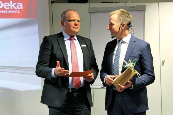Nach einer regen Diskussionsrunde mit gezielten Fachfragen bedankte sich Uwe Maier (links), Vorstandsmitglied der Sparkasse Osterode am Harz, beim Referenten Matthias Wolf.