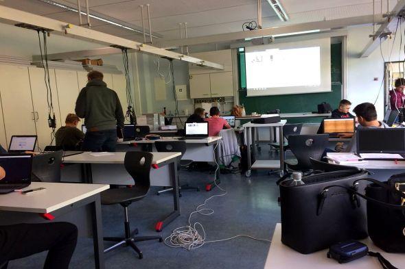 Die Schüler arbeiten an ihren Websites beziehungsweise der KGS-Homepage.
