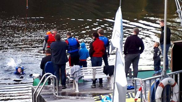 Wasserski-Fans sind ein spontanes Völkchen – kaum war der Rundruf zur Sonderöffnung raus, wurde es auch schon wieder voll an der Anlage am Wiesenbeker Teich. (Fotos: Dieter Pfeiffer)
