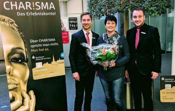 Eva Fichtler bekam die Glücksbotschaft von Berater Kai Hickmann (rechts) und Filialbereichsleiter Sven Kamrad persönlich überbracht.