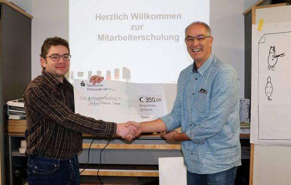 """Bereits """"abenteuerlich"""" eingesetzt: Oliver Eckstein (links) überreichte Andreas Reicher von den Freibadfreunden Sieber einen Scheck über 350 Euro."""