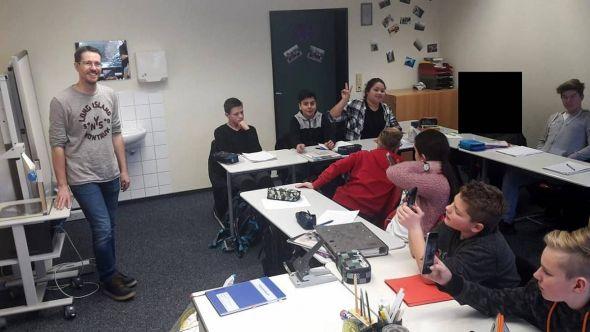 Die Klasse 8H1 mit dem Journalisten.