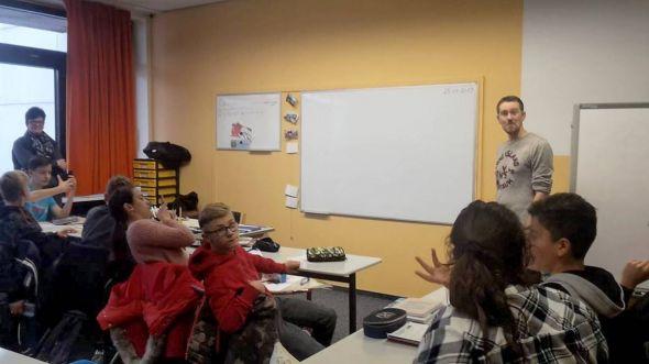 Die Klasse 8H1 mit dem Journalisten Boris Janssen.