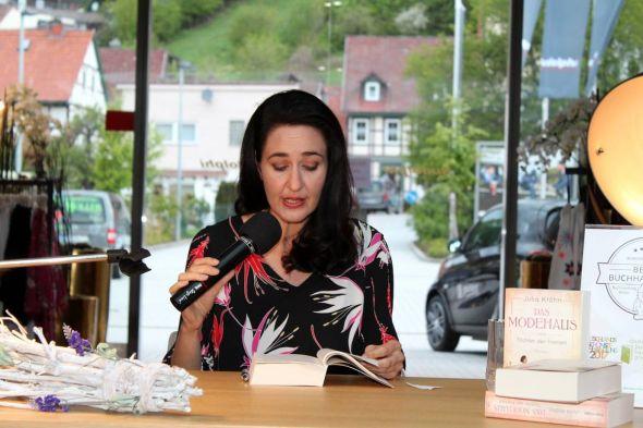 """Der richtige Ort: Schriftstellerin Julia Kröhn las im Rudolphi-Haupthaus aus ihrem Roman """"Das Modehaus – Töchter der Freiheit""""."""