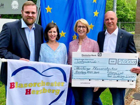 Der Rotary Club Bad Lauterberg-Südharz spendete 1.000 Euro an den Verein Blasorchester. Von links: Mattias Müller, dessen Ehefrau Daniela Müller, Brigitte Götz (Leiterin des EMA-Gymasiums) und Hinrich Bangemann. (Foto: Veranstalter)