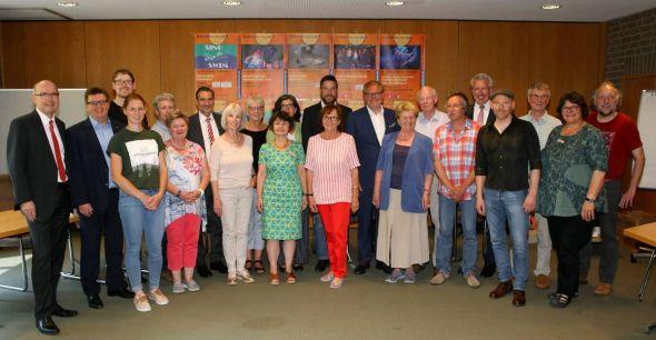 """Veranstalter und Unterstützer geben den Startschuss für """"Kultur im Kreis""""."""