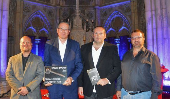 Die Gewinner des Harzer Hammers 2019 stehen fest: Thomas Koehler und Konstantin Zorn, hier mit Laudator Andreas Gruber (rechts) und Vorjahressieger Christof Weigold (links).