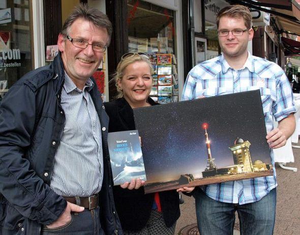 Ein bisschen gefeiert wurde natürlich auch (von links): Roland Lange, Susanne Kinne von der Buchhandlung Moller und Patrick König.
